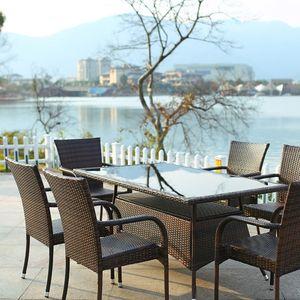 인조 라탄 소재의 야외용 테이블 세트