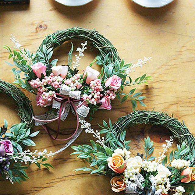 아름다운 장미꽃 모티브로 만든 프릴로즈 리스